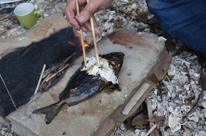 調理した魚を食べるヨッピー
