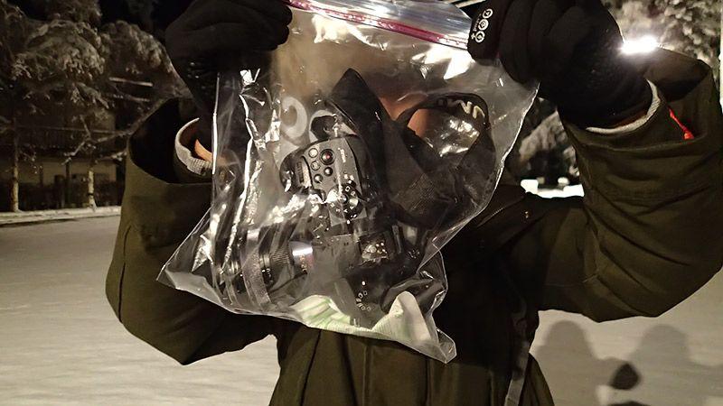 カメラを乾燥剤とともにビニール袋に入れている様子