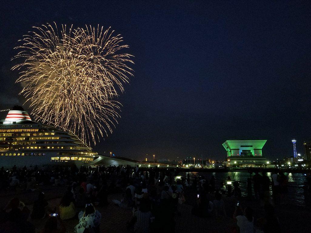 客船と花火