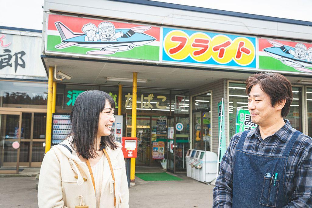 コンビニ「フライト」の店長と伊藤桃