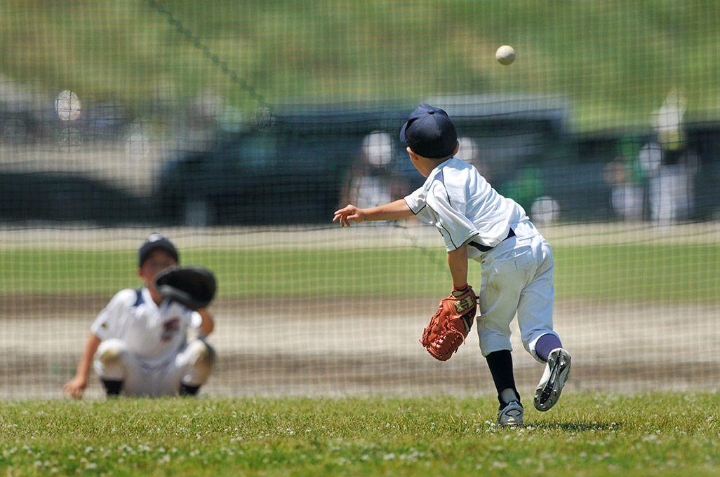 野球をする子どもたち