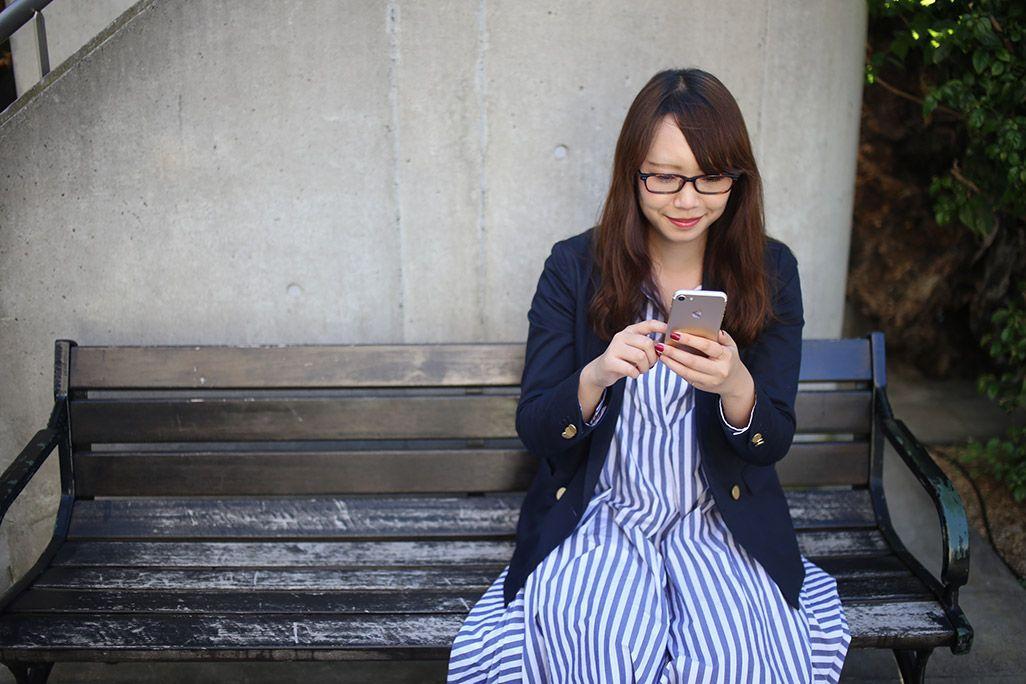 auのiDeCoアプリを操作する女性
