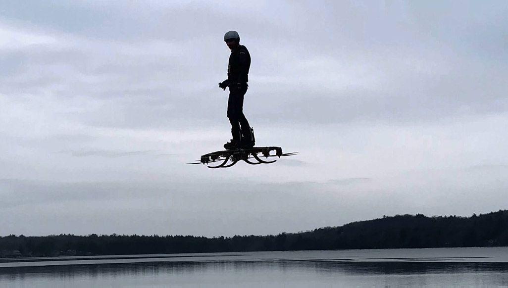 人が乗って空を自在に飛び回ることができる大型のクワッドローター