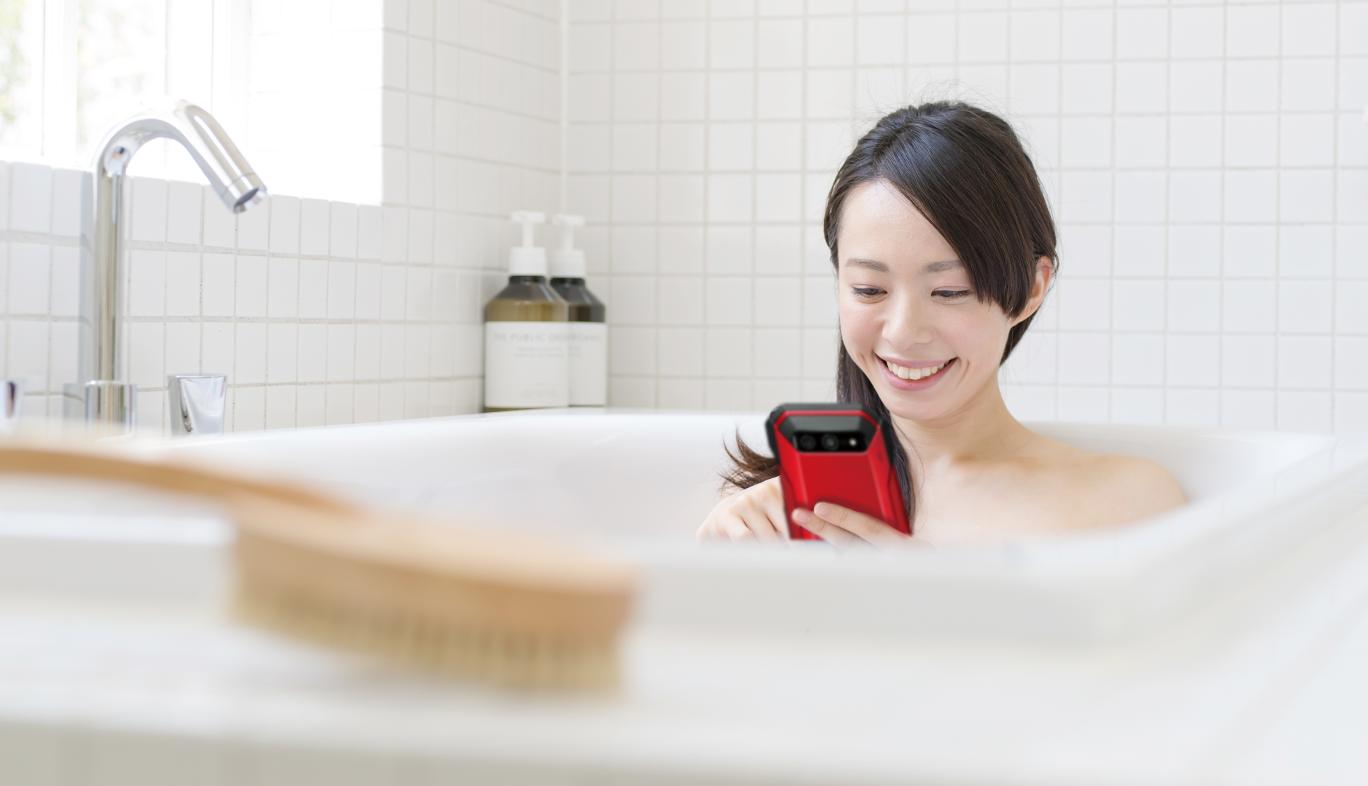 「TORQUE 5G」を持ってお風呂に入る人