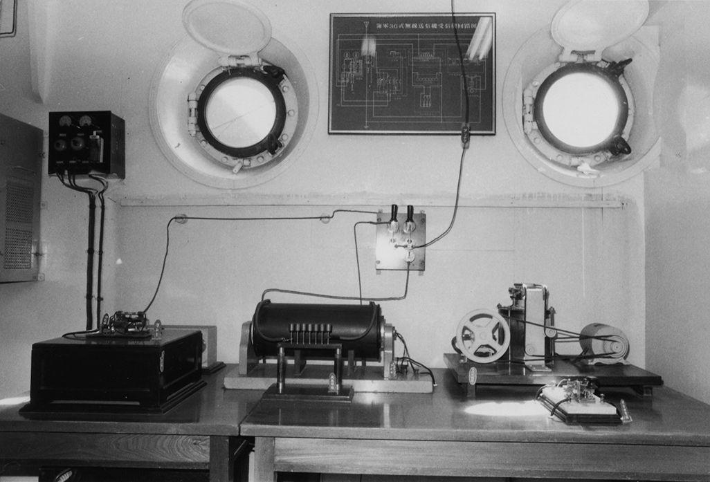 復元された三六式無線送信機(記念艦「三笠」蔵、公益財団法人 三笠保存会。画像提供:郵政博物館収蔵)