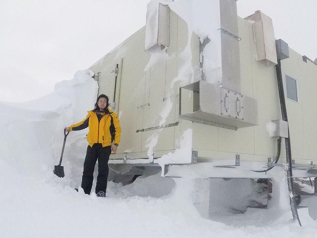 南極で雪かきする笹栗隊員