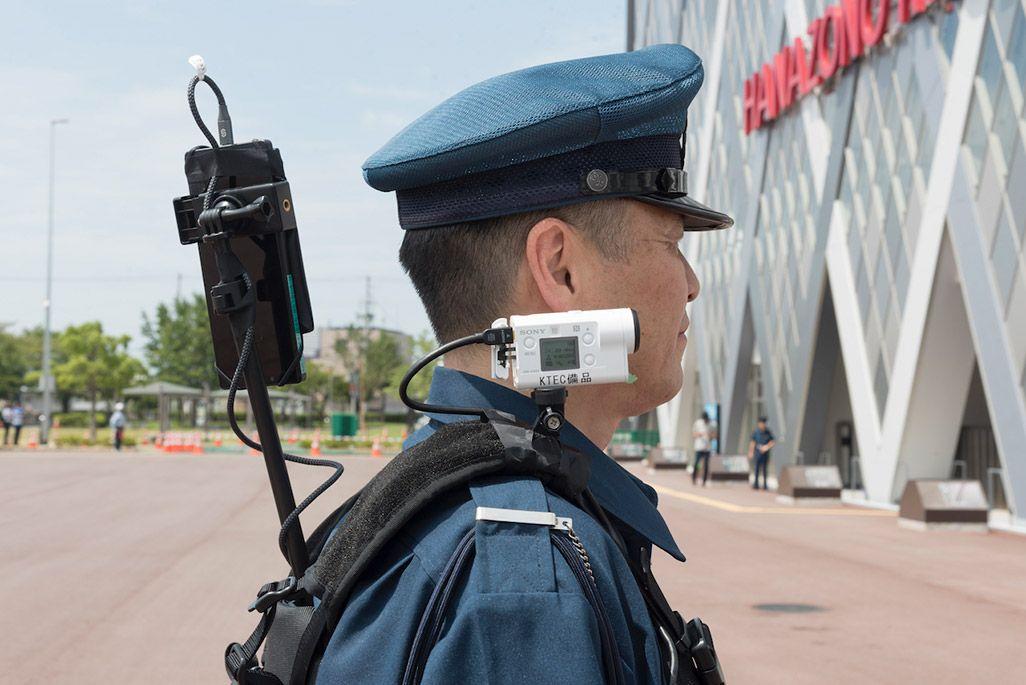 5G端末やカメラを組み込んだベストを装着した警備員