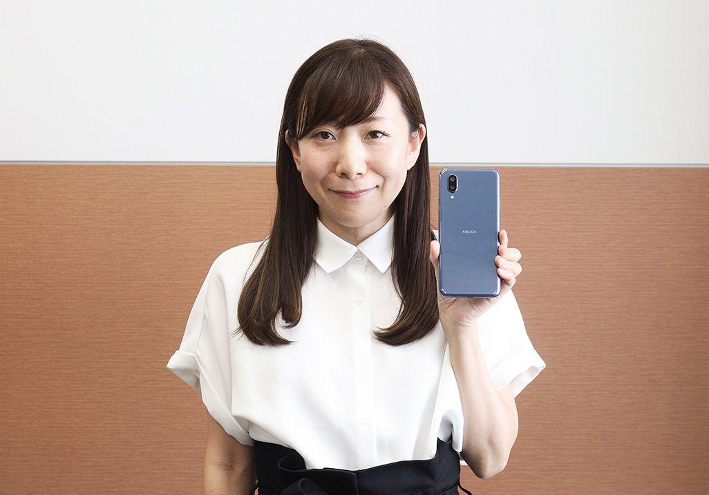 「AQUOS sense3 plus サウンド」を手にした、auのプロダクト担当の百瀬優子