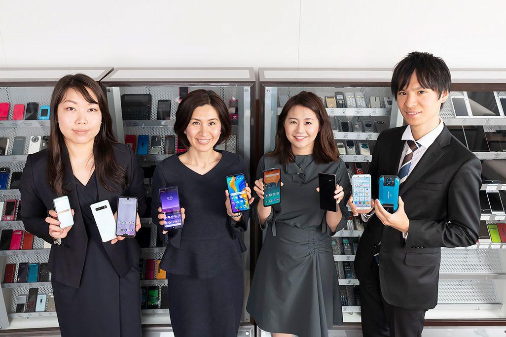 auの新モデル担当者たち。広報担当の荒 万里子(左)と原田俊廷(右)、プロダクト担当の佐藤麻記(左中)と池ナギョン(右中)
