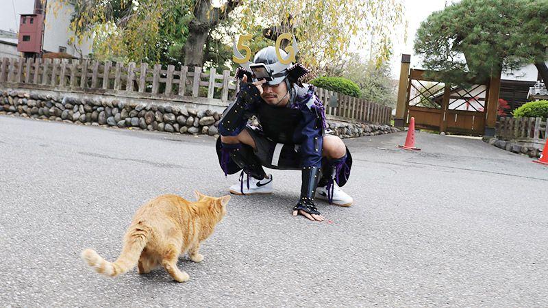 猫に向かってインカメラを向ける地主