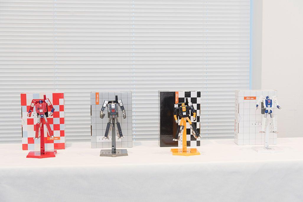 INFOBARファンミーティング新宿での展示物。「au×TRANSFORMERS PROJECT」