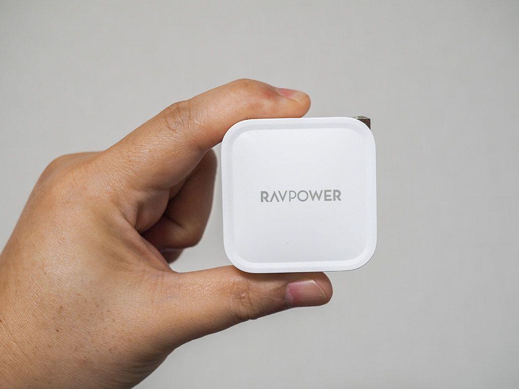親指と人差し指で持ったRAVPower「RP-PC112」