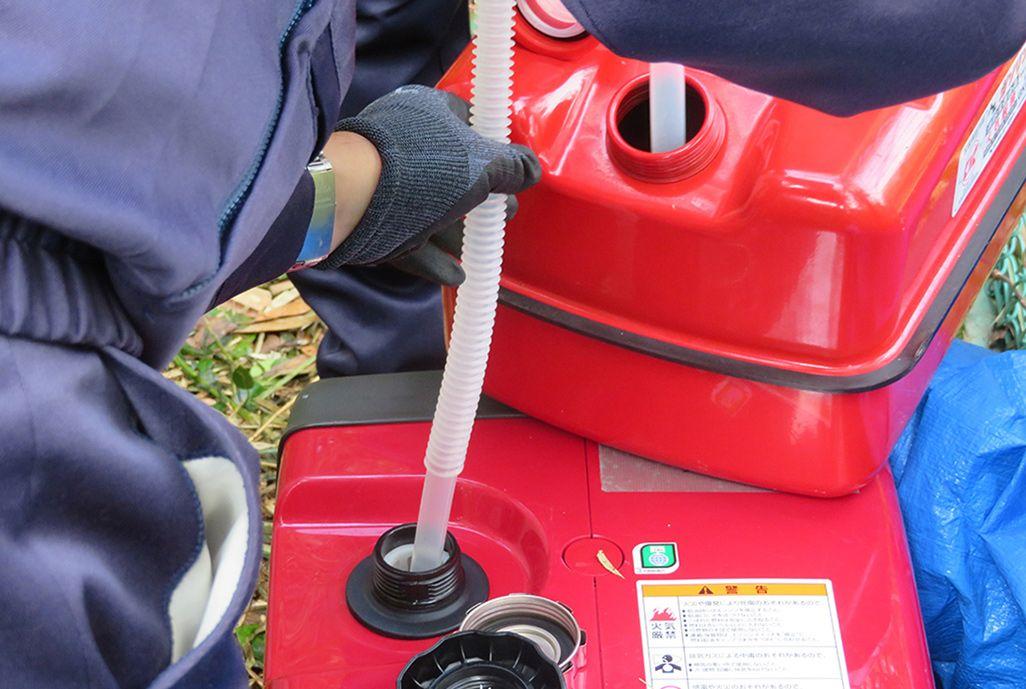 ポータブル発電機に給油するKDDI社員
