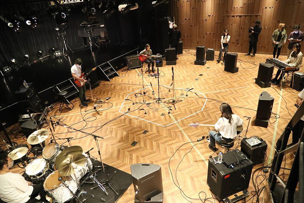 ボーカル、ギター、ベース、キーボードのSARD UNDERGROUNDにギターとドラムのサポートメンバーが参加してレコーディング