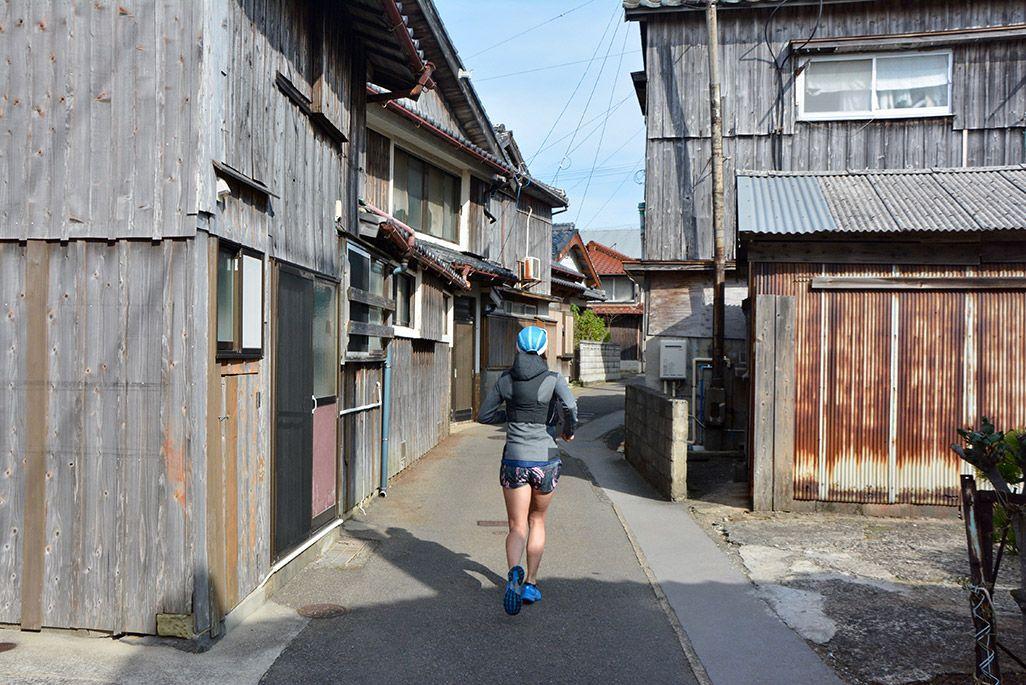 小値賀島の笛吹郷地区の路地を走る浦谷美帆さん