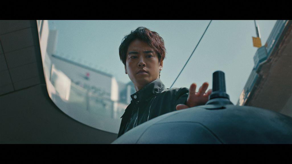 タチコマに触れようとする桐谷健太演じるキリタニ