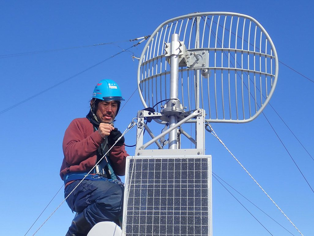 南極でアンテナの整備をする第59次南極地域観測隊LANインテルサット担当隊員の齋藤勝