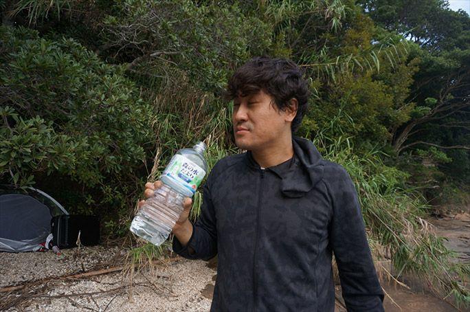 ペットボトルの水を飲むヨッピー