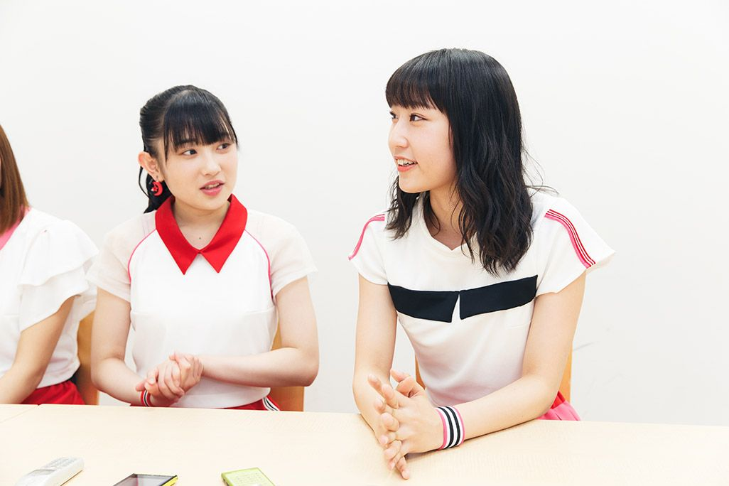 スマホを使った動画編集について語るJuice=Juice段原瑠々と感心する梁川奈々美