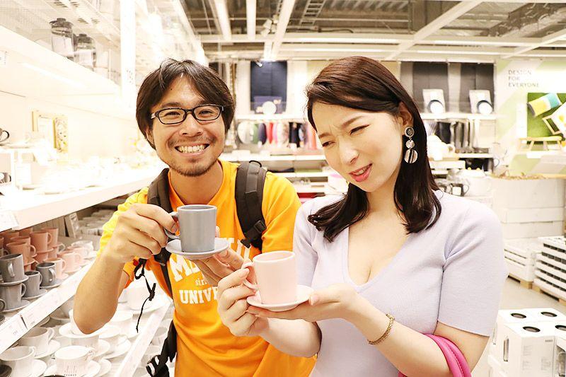 IKEA新三郷でエスプレッソカップを持つ鶴あいかと地主恵亮