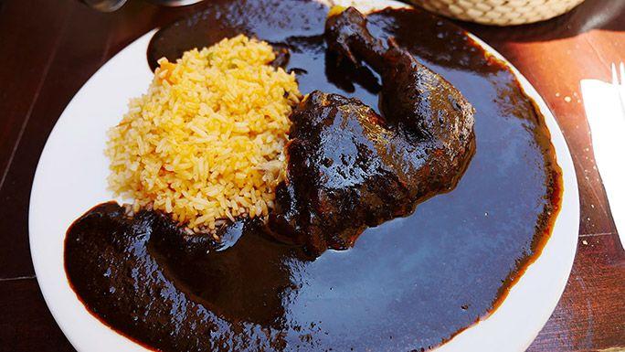 お皿なみなみに盛られたメキシコ料理の「モレ」