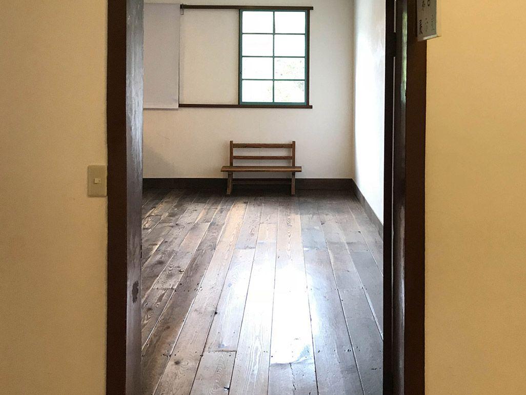 iPhoneで通常撮影した「椅子のある部屋」