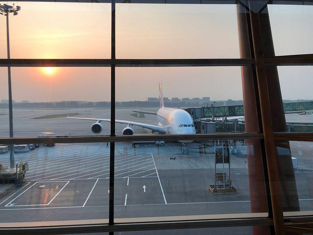 空港から眺める夕陽と飛行機