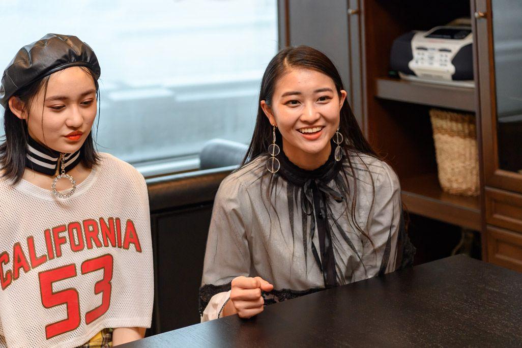 5Gの技術についてコメントするアンジュルム・和田彩花と佐々木莉佳子
