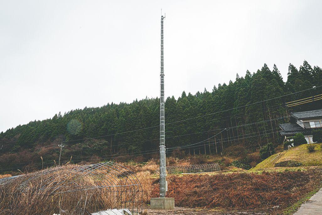 山間部に設営した高さ25mの基地局