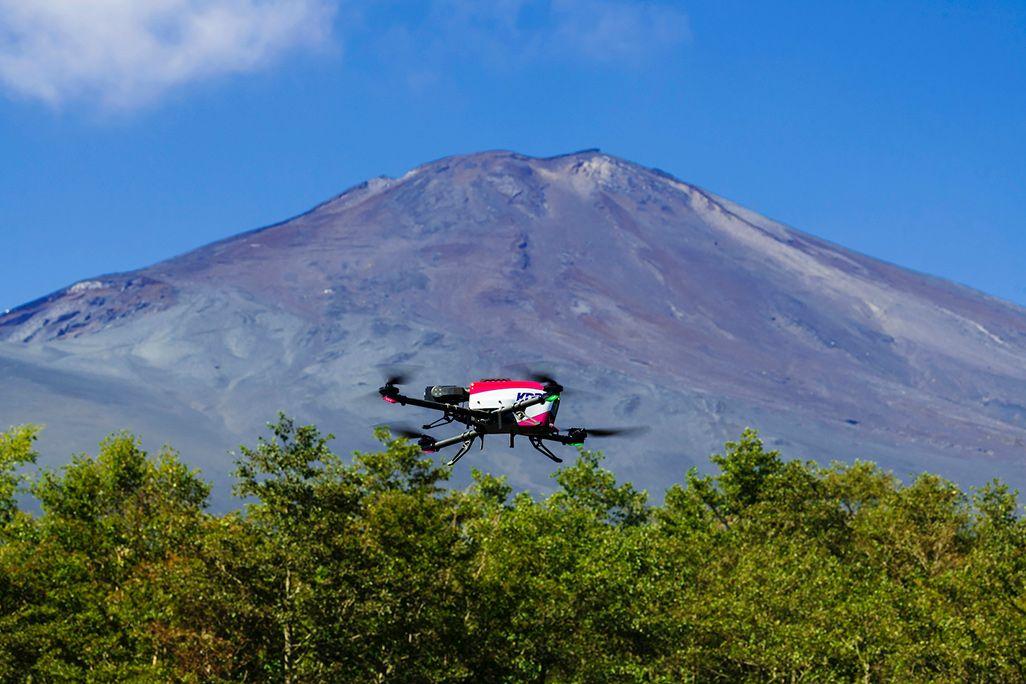 富士山新御殿場口五合目を飛行するドローン