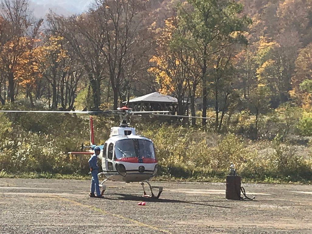 上空からの電波を発信するためスタンバイするヘリコプター