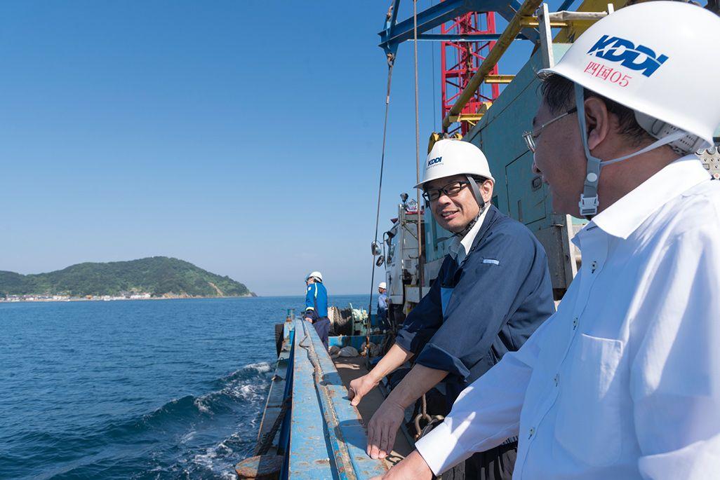 嘉島に向かう船で語り合う難波と小田