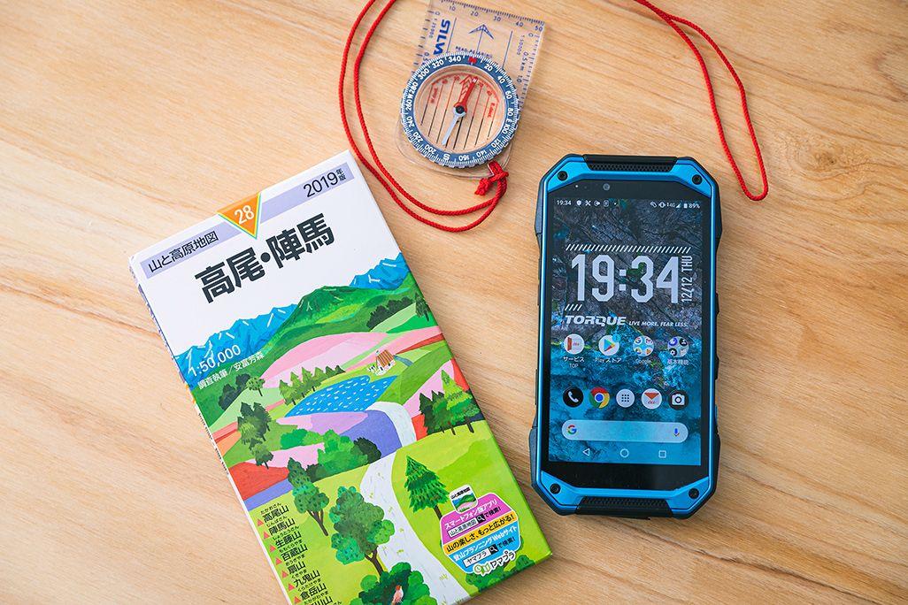 スマートフォンと紙の地図とコンパス