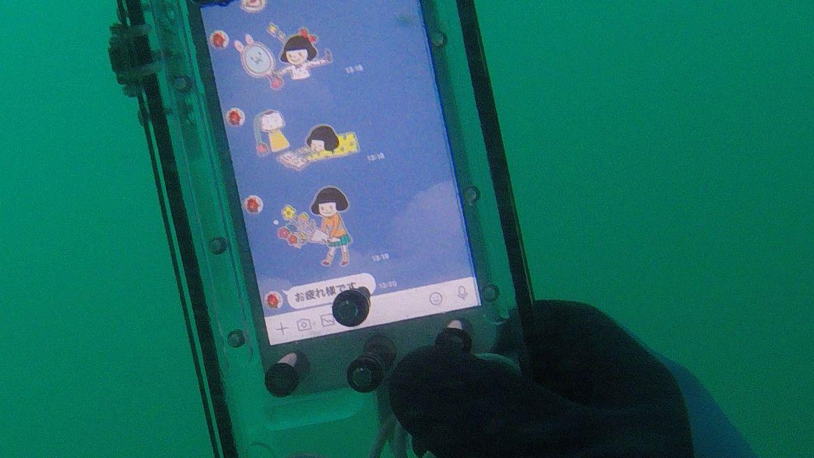 水中のiPhoneに届いたLINE