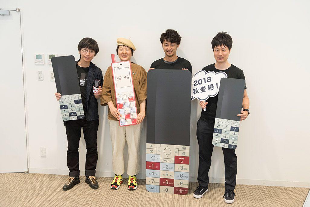 INFOBARファンミーティング新宿でフォトプロップスを手に記念の集合写真