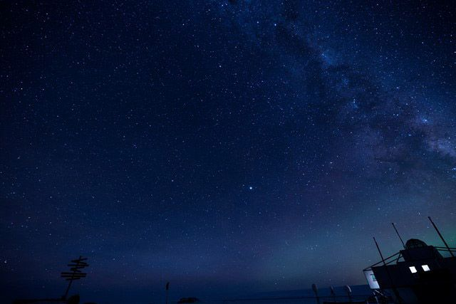 南極・昭和基地の灯りと天の川