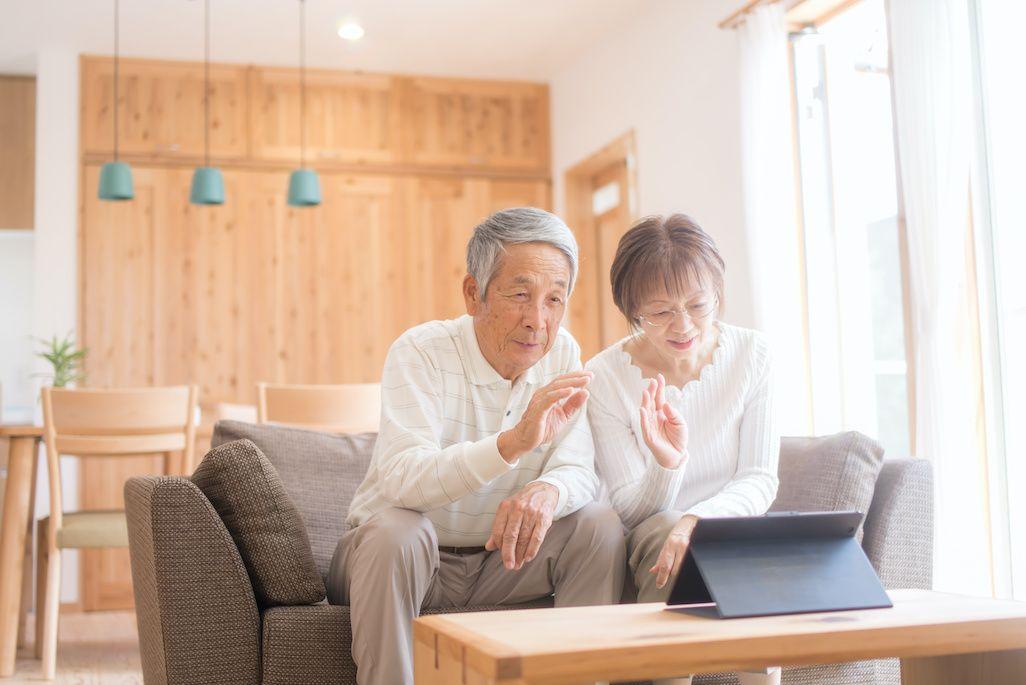 離れた家に暮らす両親とビデオ通話