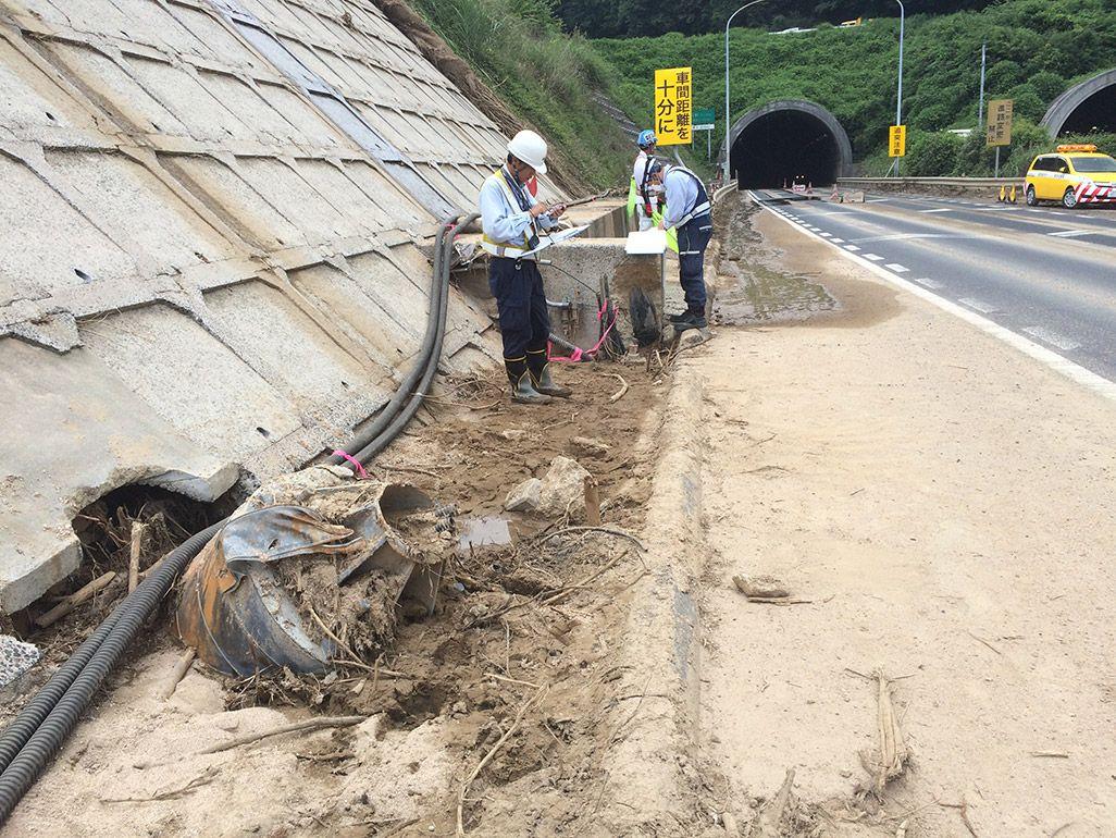 西日本豪雨の影響で損壊した地中ケーブルを確認する作業員