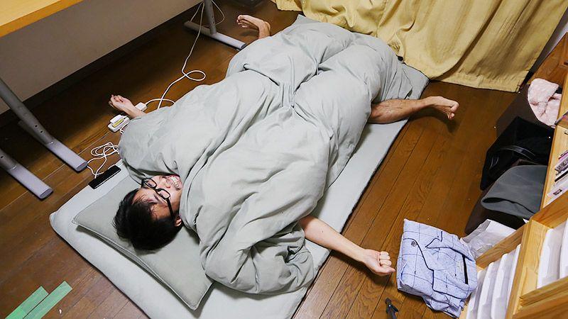 自室の布団に裸であおむけに寝る地主