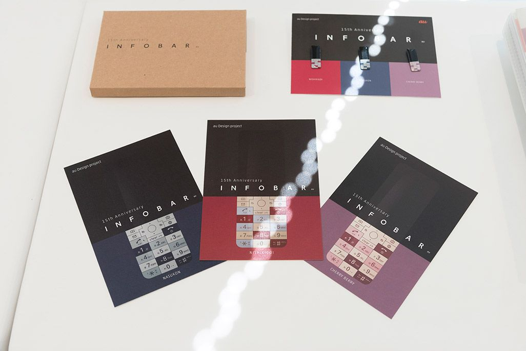 INFOBARファンミーティング新宿での展示物。「INFOBAR xv」クラウドファンディングの返礼品のサンプル