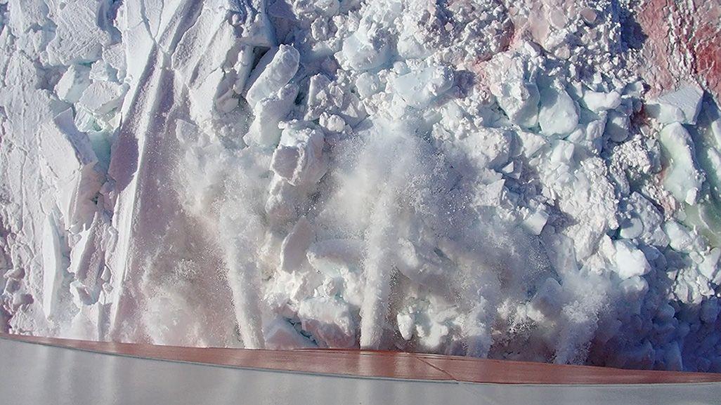 分厚い氷に乗り上げて、氷を砕きながら少しずつ前へと進む、ラミング航行をする砕氷船「しらせ」