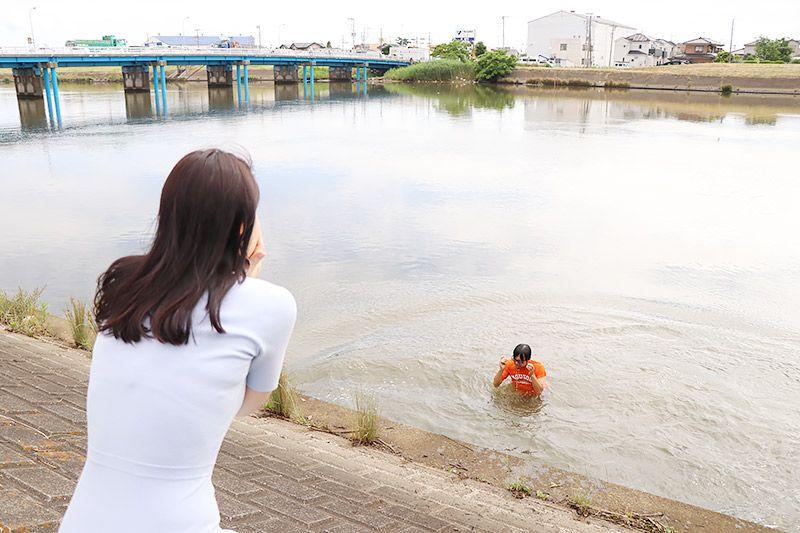 中川の土手で水切りをして川に落ちた地主恵亮と、それを見守る鶴あいか