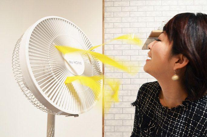 扇風機の風にあたるHiNT! レポーター