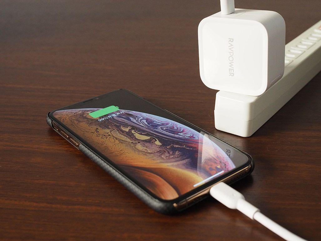 iPhoneを充電中のRAVPower「RP-PC112」
