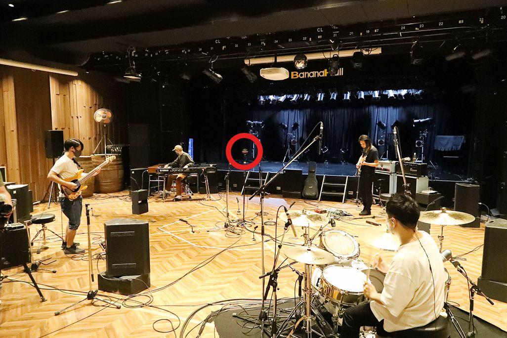 ZARDメンバーによる音のVR収録風景。360°マイクをギター、ドラム、キーボード、ベースが取り囲んで演奏