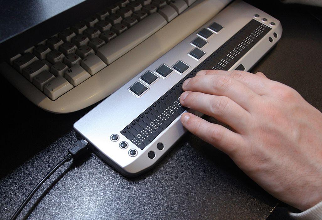 点字キーボード搭載の点字ディスプレイ