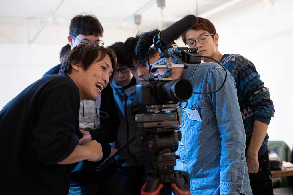 カメラの使い方をレクチャーするEXIT FILM INC.田村祥宏さん