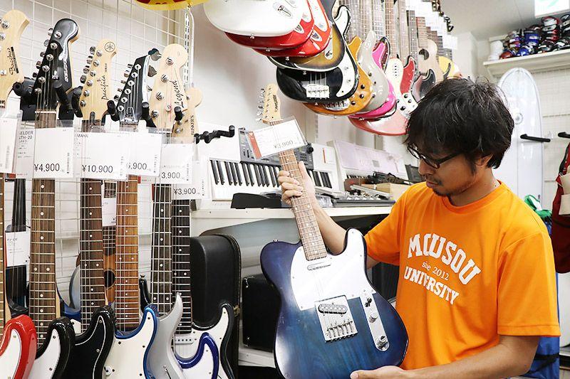 2nd Street三郷店でギターを手に持つ地主恵亮
