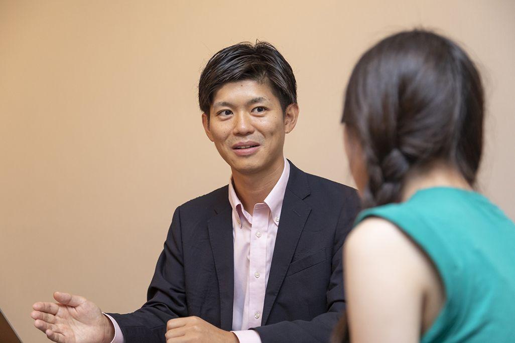 飯田菜々さんと話す小林孝徳さん