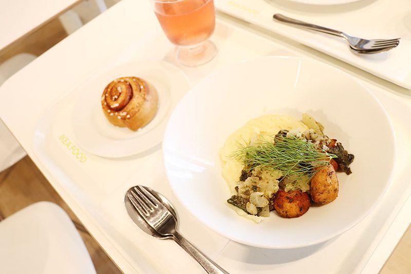 新三郷にあるイケアのレストランで注文したサーモンボールとシナモンロール